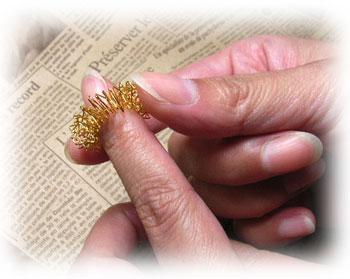 爪の生え際にリングをはめて、逆の手で軽く押さえてください